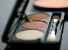 Ladies Beauty Using Makeup Eye Shadow