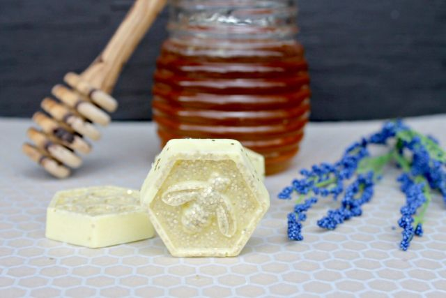 How to Make Melt and Pour Soap: Honeybee Glitter Recipe